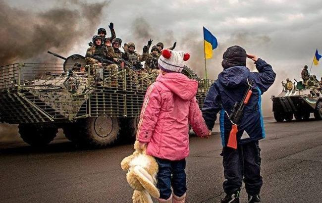 Фото: Діти і українські бійці