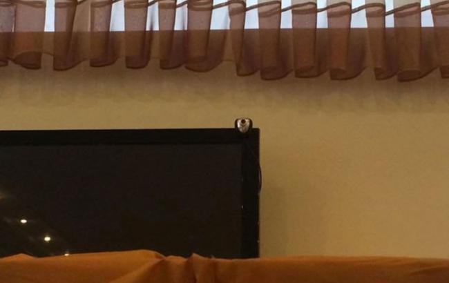 У Миколаєві над кабінками для голосування зафіксували відеокамеру
