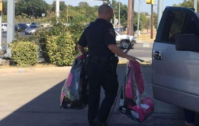 Фото: Техаський патрульний віддає автокрісла багатодітному порушнику