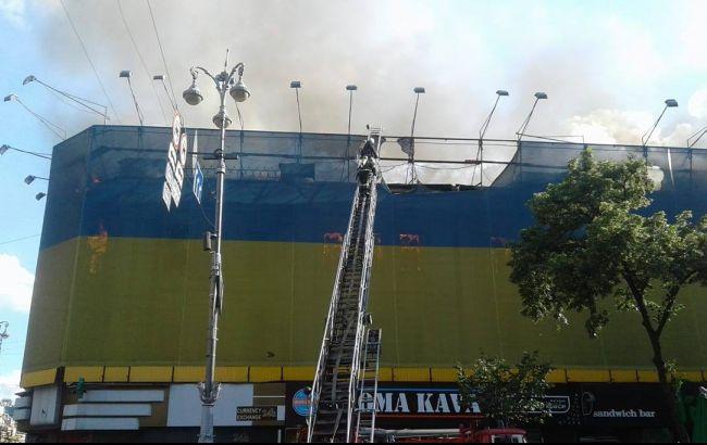 Пожежа на Хрещатику:  у гасінні беруть участь 15 одиниць техніки та 75 рятувальників