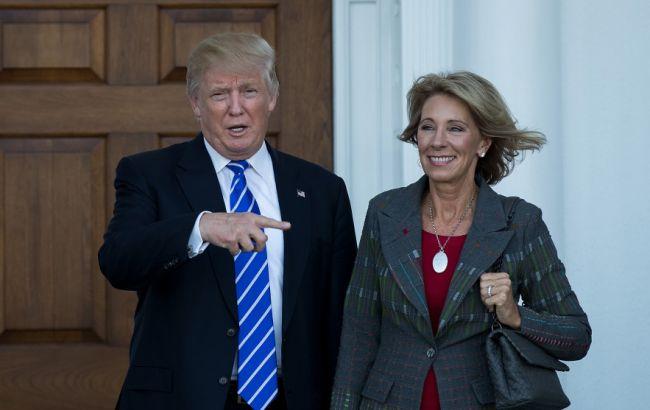 Фото: Дональд Трамп и Бетси Девос
