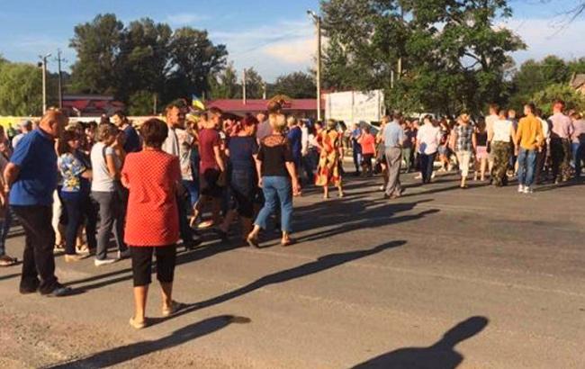 Фото: Люди перекрили трасу (te.20minut.ua)