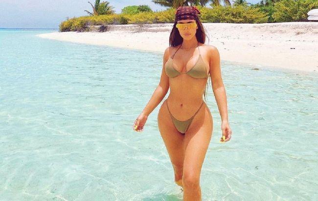 """Королева пляжу: Кім Кардашьян похвалилася розкішним тілом в """"невидимому"""" бікіні"""