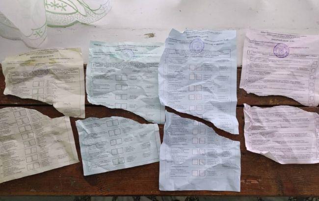 В Никополе мужчина порвал свои бюллетени, полиция составила админпротокол
