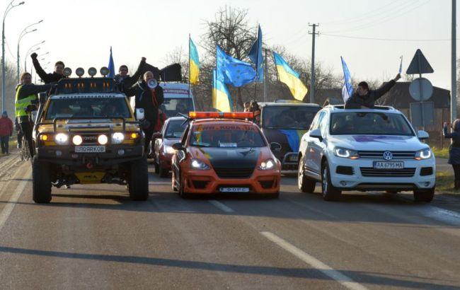Сотни активистов заблокировали пути выезда авто сНасировым изсуда