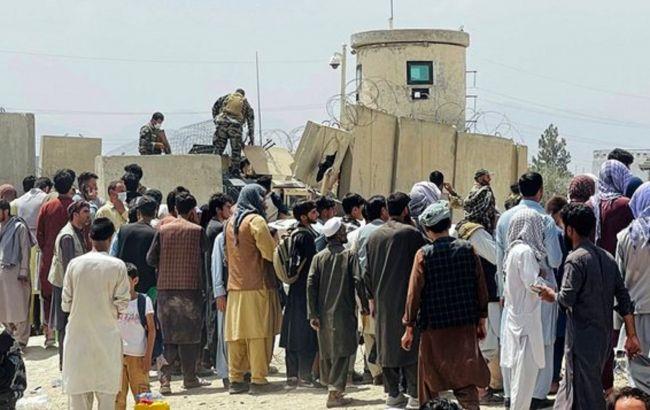 Военные применили газ и открыли огонь в воздух, чтобы сдержать толпу у аэропорта Кабула