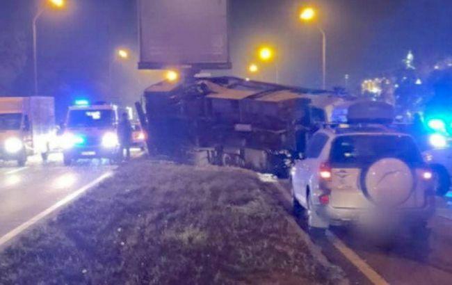 В Киеве после столкновения с легковым автомобилем перевернулась маршрутка