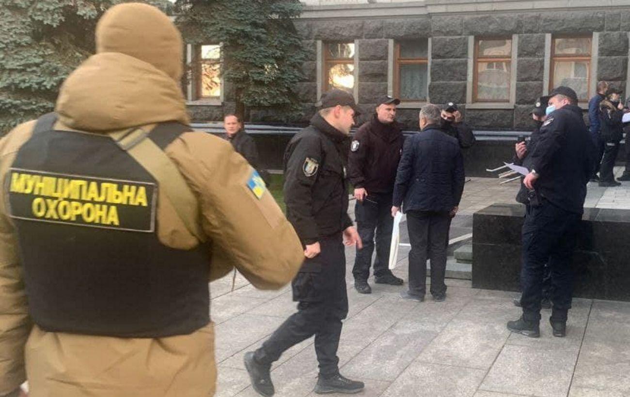 В Киеве мужчина пытался себя поджечь в здании Офиса президента