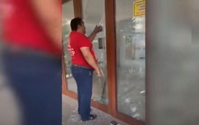 Хотів зробити щеплення. У Баку чоловік розбив двері поліклініки і поранив медиків