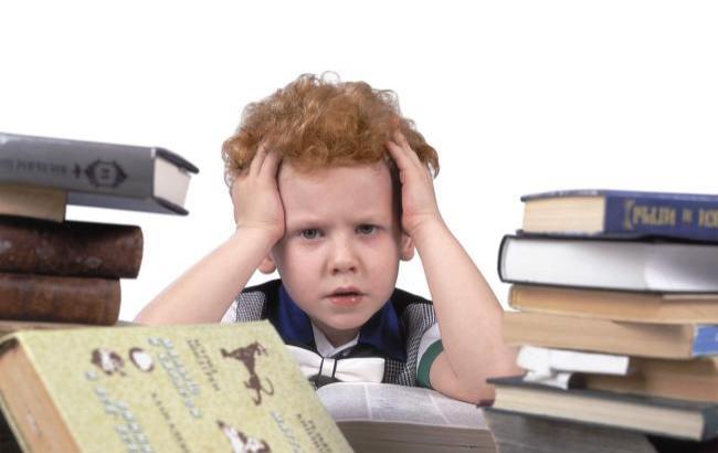 Фото: Ребенок с учебниками (1uom.com)