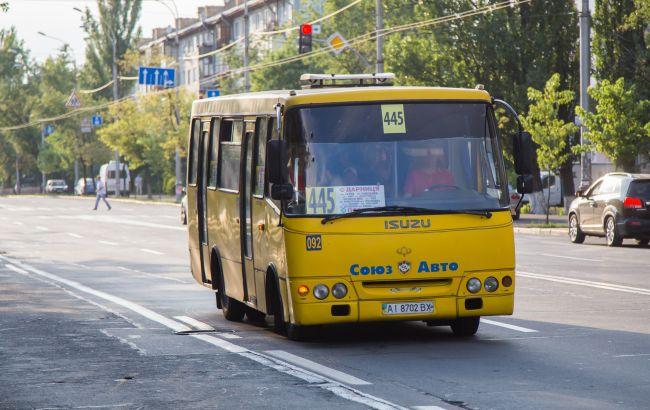Хорошо заходит в жару: в Киеве засекли маршрутчика, распивающего пиво на работе