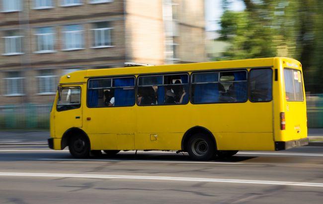 У Сумах маршрутка врізалася в легковик: автобус вибухнув (відео)