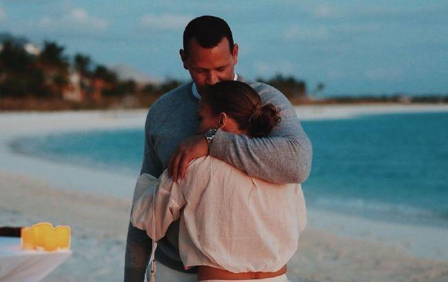 Кризис позади: Дженнифер Лопес и Алекса Родригеса застали за нежными поцелуями на отдыхе