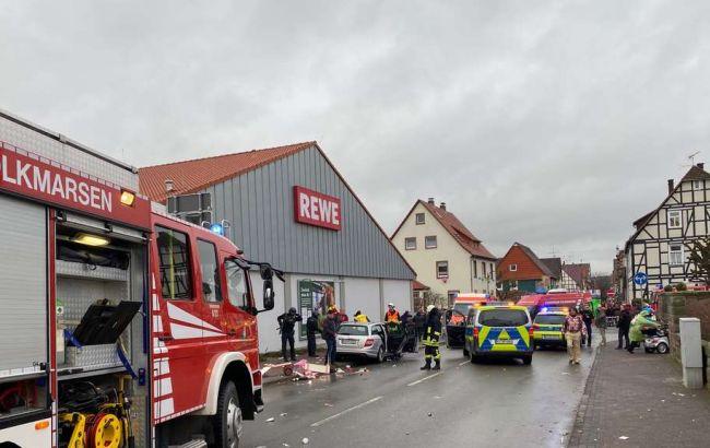 У Німеччині авто протаранило натовп на карнавалі, більше десятка потерпілих
