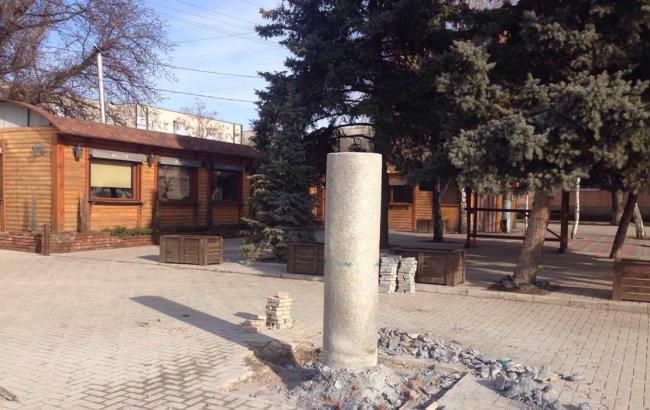 Фото: у Токмаку демонтували пам'ятник Шевченку (Громадське ТБ)