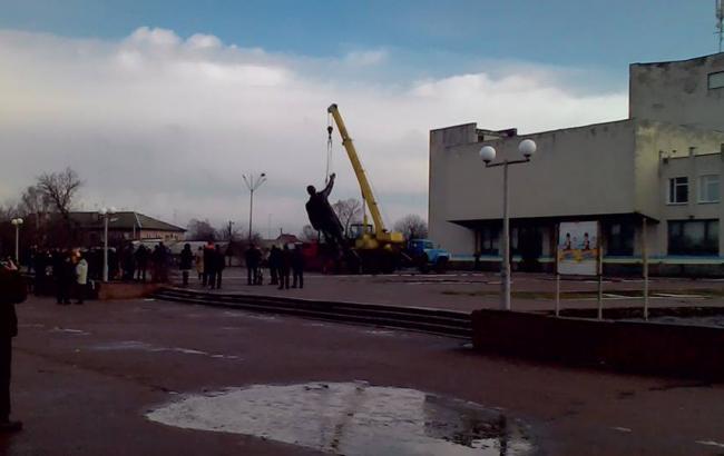В Черниговской области снесли самый большой памятник Ленину