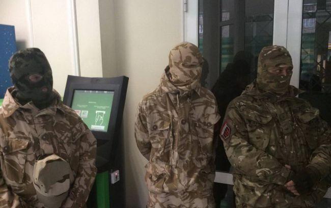 Фото: бійці ПС заблокували відділення банку в Черкасах (ІнфоМІСТ)