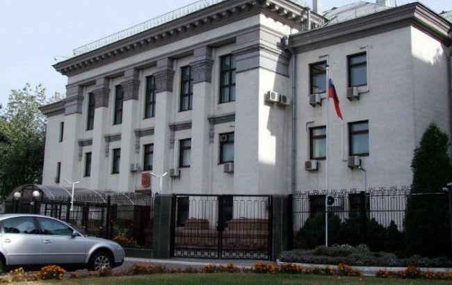 Фото: посольство РФ у Києві закидали яйцями