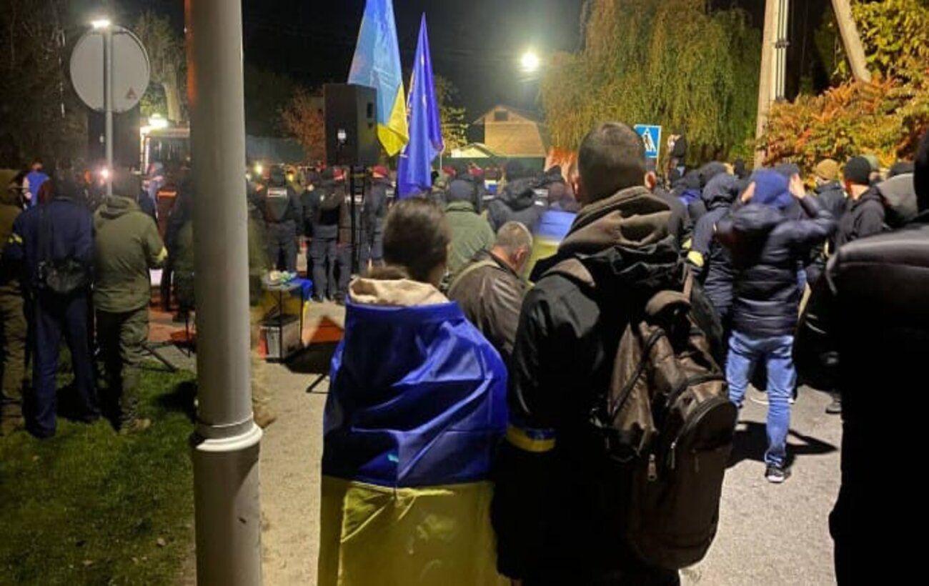 Возле дома Порошенко в Козине прошли акции протеста со столкновениями