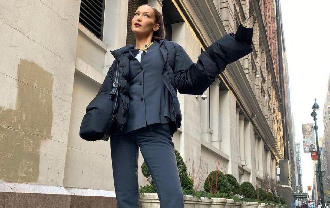 Багатошаровість і яскравий принт: Белла Хадід демонструє стильний образ для холодів