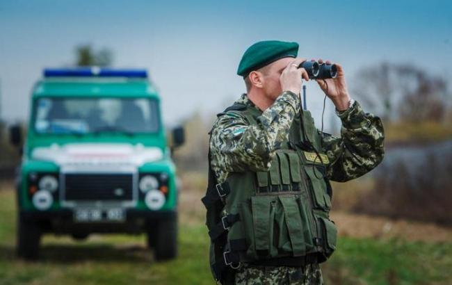 Фото: прикордонники зафіксували російський військовий вертоліт над Кримом