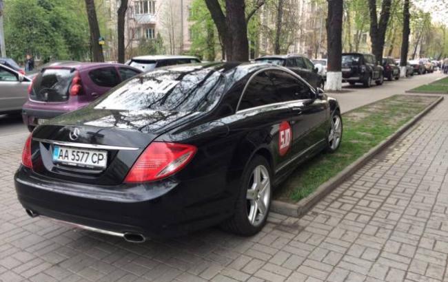 """""""Герой парковки"""": Руководитель партии """"5.10"""" оставил авто на газоне"""