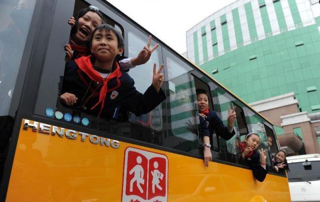 Фото: у Китаї шкільний автобус потрапив у ДТП