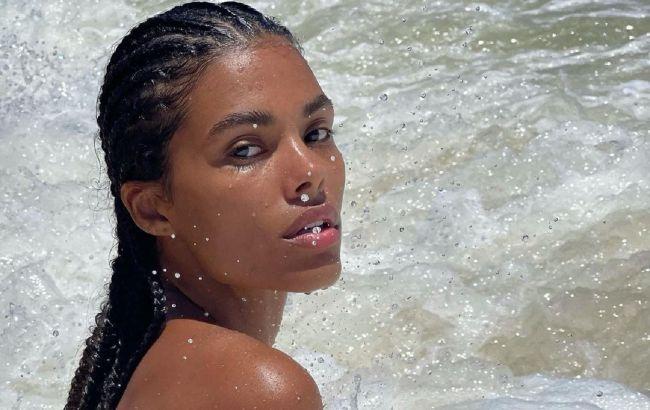 Королева пляжу: Тіна Кунакі в купальнику соковитого відтінку демонструє підтягнуту фігуру