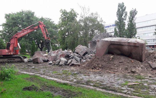 Фото: каменные глыбы, оставшиеся от памятника