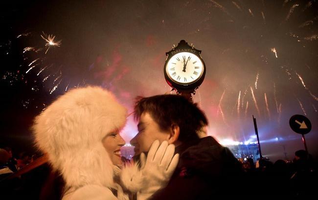 Фото: Новый год встречают поцелуями (xronika.az)