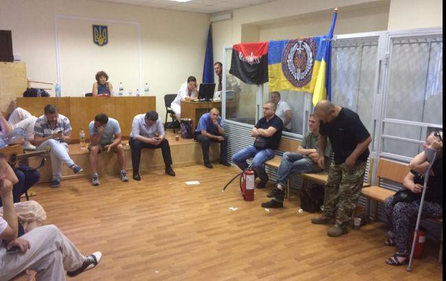 """Активісти блокують вивезення з суду арештованого комбата """"Айдару"""""""