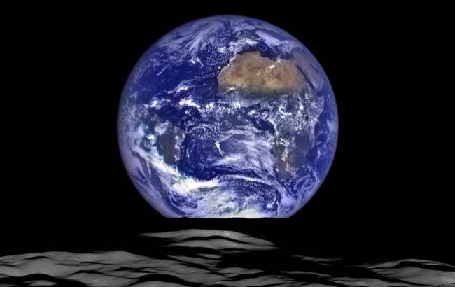 Фото: Поява Землі над горизонтом Місяця (nasa.com)