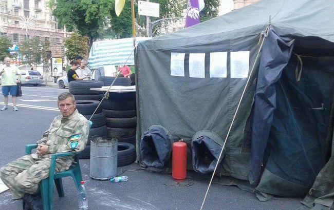 Фото: активісти поставили намет на Хрещатику і частково перекрили рух