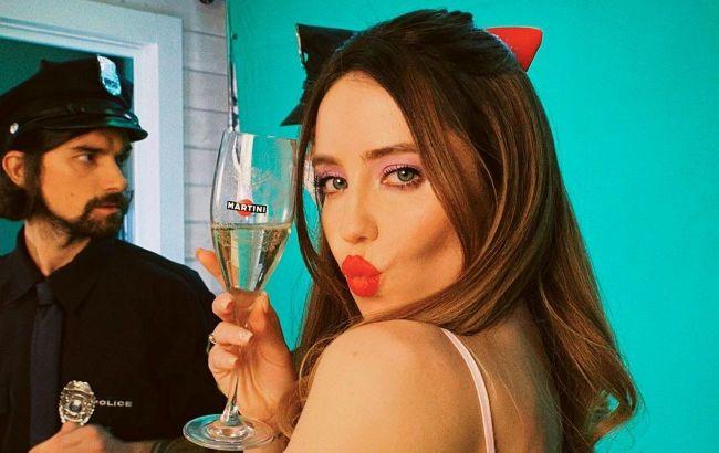 Огонь: Надя Дорофеева с красными губами и в полупрозрачном комбинезоне завела фанатов страстным фото