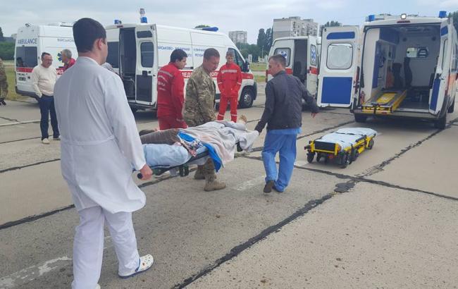 Фото: в Одессу доставили 3 раненых из зоны АТО