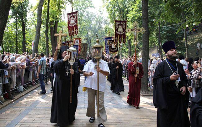 Фото: закінчився молебень на Володимирській гірці