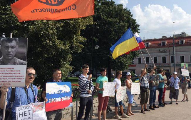 Фото: участники митинга держали флаги Украины и РФ
