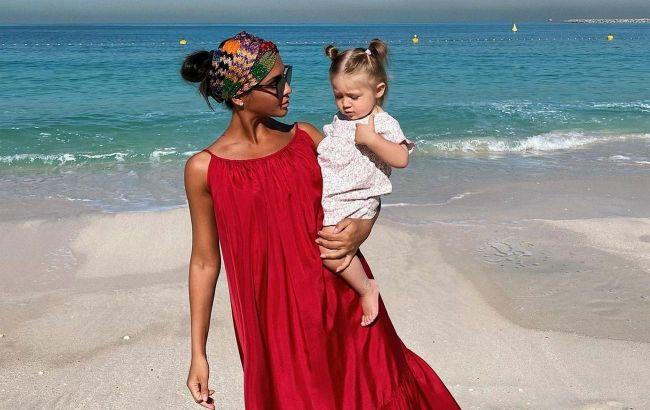 Куколка: Санта Димопулос умилила сеть фото дочери и поделилась лайфхаками полетов с детьми