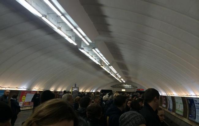 """У київському метро ставася """"апокаліпсис"""" через падіння пасажира на рейки"""