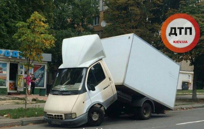 У Києві хлібовозка розколовся на дві частини