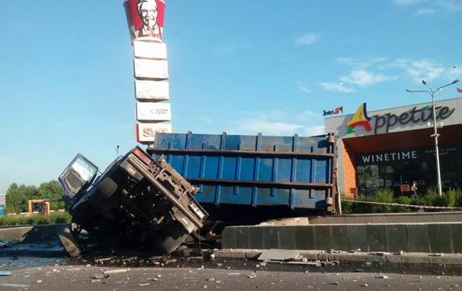 Фото: вантажівка перекинулася на під'їзді до Південного мосту