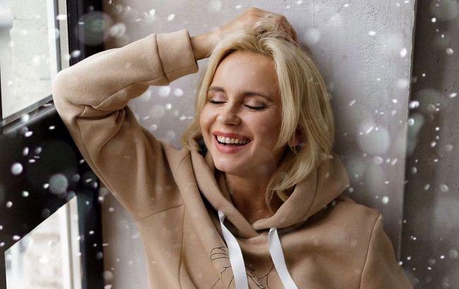 Красотка: Лилия Ребрик в уютном худи восхитила поклонников нюдовым макияжем, пробуем повторить