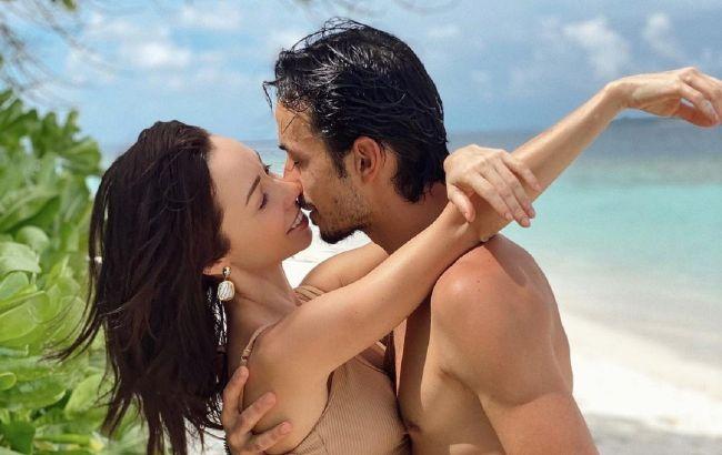 Любовь в раю: Кухар и Стоянов заворожили романтикой под пальмами