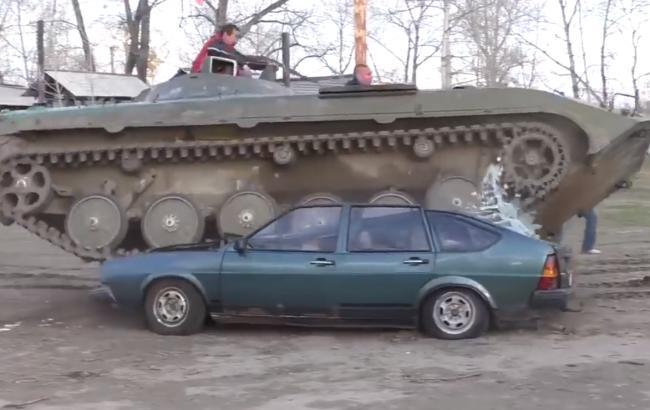 Фото: Росіяни розчавили авто (facebook.com/adagamov)
