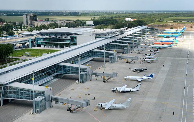 """Журналіст показав """"бардак і стихійну парковку"""" біля аеропорту """"Бориспіль"""" (відео)"""