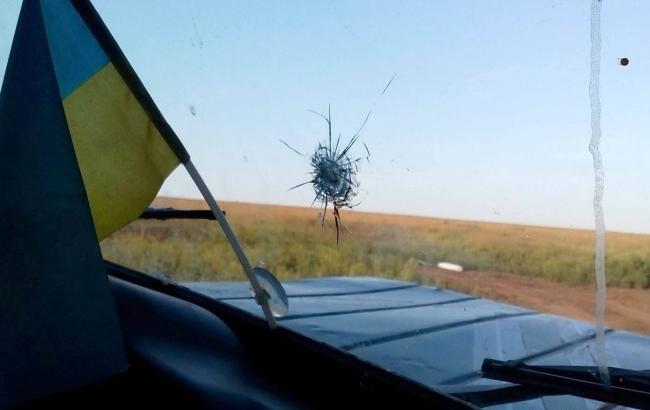 Фото: в результате обстрела пострадал автомобиль представителей СЦКК