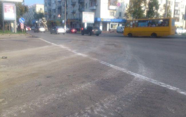 Фото: следы на асфальте после проезда военной техники