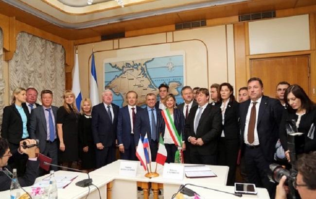 Фото: італійські депутати в Криму