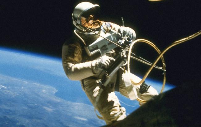 Астронавти США виконали низку планових робіт під час виходу в космос