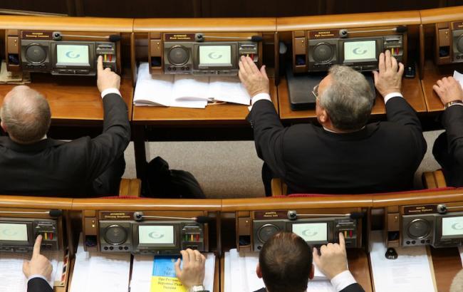 Фото: нардепы продолжают голосовать вместо отсутствующих на заседании